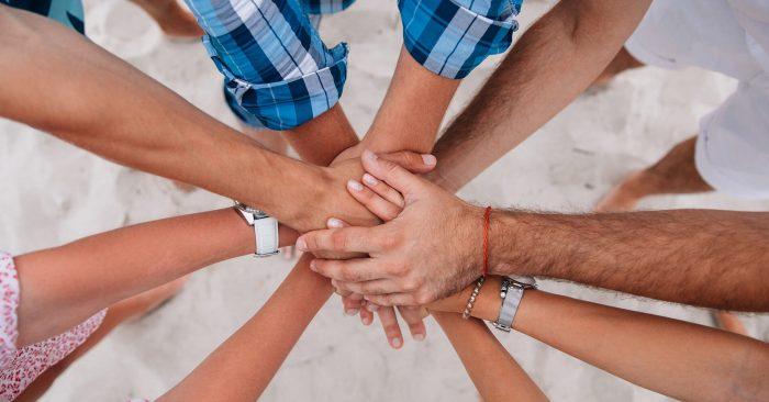 pessoas com mãos juntas